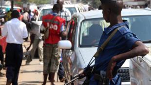 Un policier dans une rue de Bujumbura. (image d'illustration)