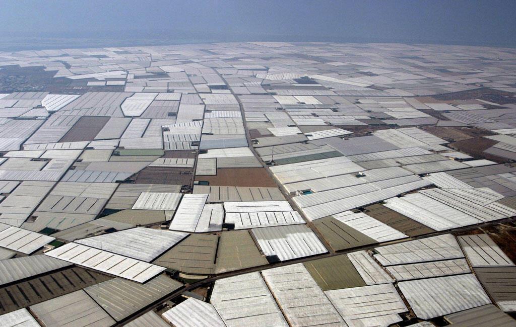 Une vue aérienne montre les serres en plastique dans la zone d'El Ejido, sur la côte d'Almeria, au sud de l'Espagne.