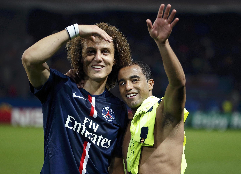 David Luiz e Lucas (d) festejam a vitória do Paris Saint-Germain contra o Barcelona em Paris.