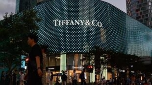 Cette photo prise le 19 septembre 2019 montre des personnes passant devant un magasin Tiffany à Shanghai.