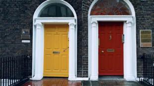 Portes colorées mitoyennes à Dublin (Irlande).
