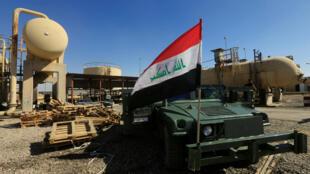 Un véhicule militaire irakien dans un champ pétrolier dans les environs de Kirkouk, le 17 octobre 2017.