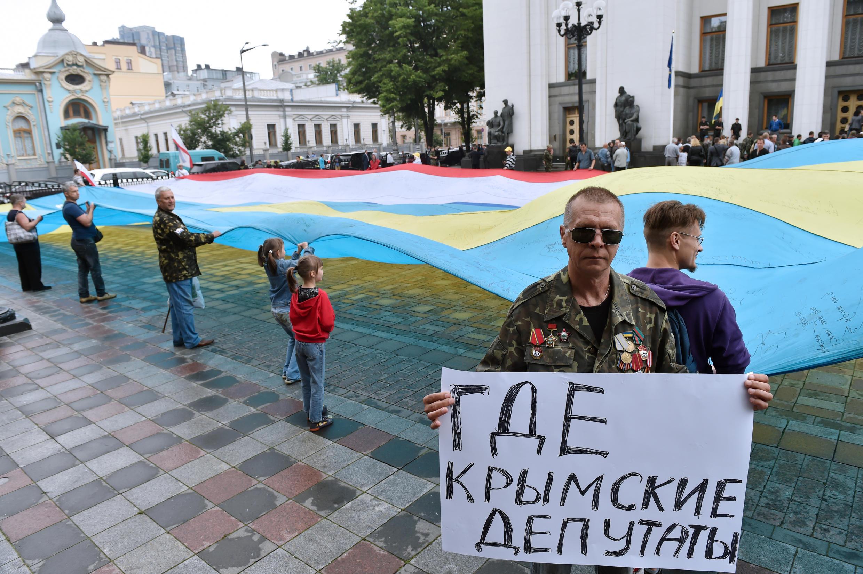 «Où sont les députés criméens?», interroge cet habitant de la péninsule réfugié à Kiev, devant le Parlement le 5 juin dernier lors d'une manifestation.