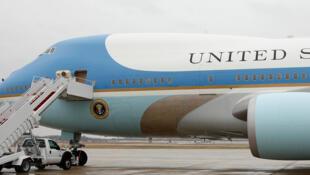 L'actuel avion présidentiel Air Force One sur le tarmac de la base aérienne d'Andrews, le 6 décembre 2016, à Washington. Donald Trump a menacé Boeing d'annuler le contrat pour le futur super avion présidentiel.
