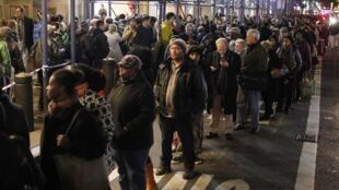 Faute de métro, les New-Yorkais font la queue pour prendre le bus, New York, le 1er novembre 2012.