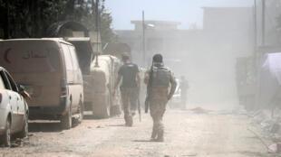 Des membres de l'armée irakienne en pleine progression dans les rues de Mossoul, samedi 17 juin.