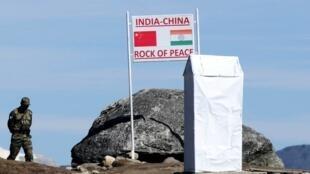 Biên phòng Ấn Độ canh gác cửa khẩu Bumla, biên giới Ấn-Trung, bang Arunachal Pradesh. Ảnh chụp ngày 21/10/2012.
