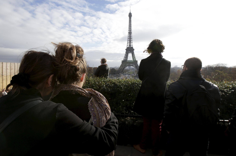 Люди во время минуты молчания 16 ноября перед Эйфелевой башней. 18 ноября