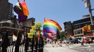 Bandeiras LGBT perto do bar Stonewall Inn, 26 de junho de 2019.