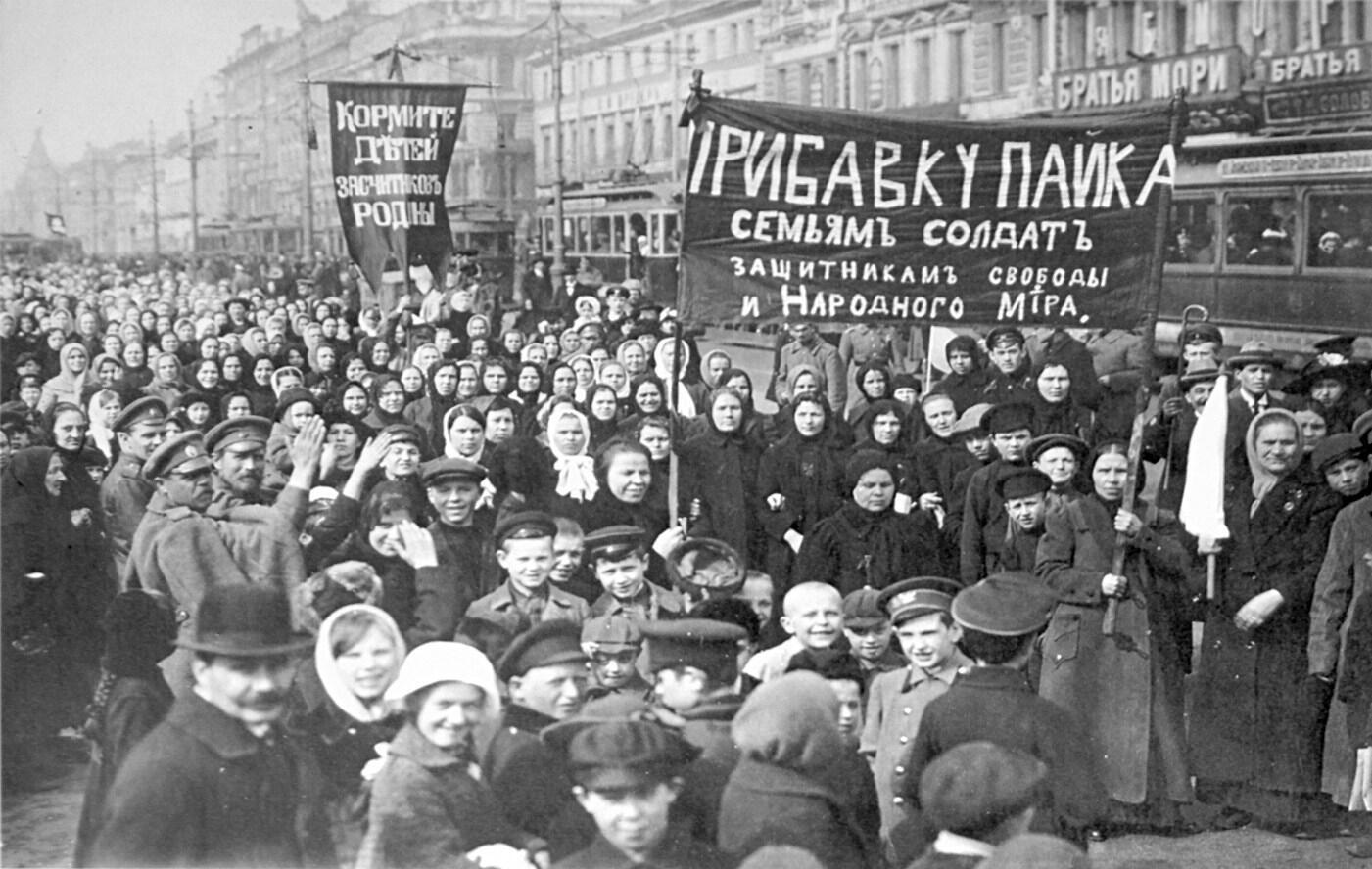 تظاهرات علیه حکومت تزاری در شهر پتروگراد در ماه فوریه ۱۹۱۷.