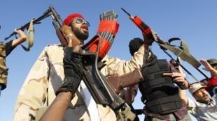 Anti-Kadhafi fighters massed on the front near Bani Walid
