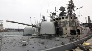 Un navire de guerre libyen endommagé dans le part de Tripoli.
