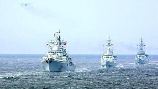 中俄2013年7月5日在日本海上举行军演(资料照片)