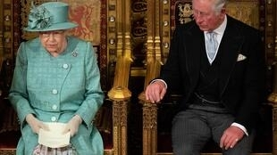 A rainha Elizabeth da Inglaterra profere o discurso da rainha ao lado do príncipe Charles na abertura da nova legislatura do Parlamento no Palácio de Westminster, em Londres, Inglaterra, 19 de dezembro de 2019