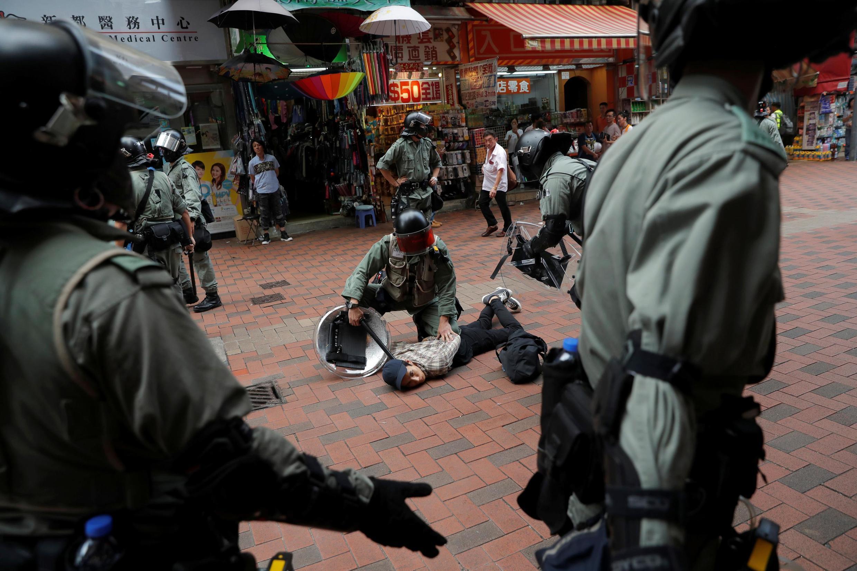 Cảnh sát chống bạo động bắt giữ người biểu tình chống chính quyền tại khu Thuyền Loan(Tsuen Wan), Hồng Kông ngày 13/10/2019.