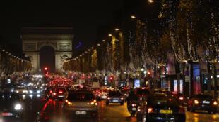 Đại lộ Champs Elysées được thắp sáng nhân mùa lễ Noel