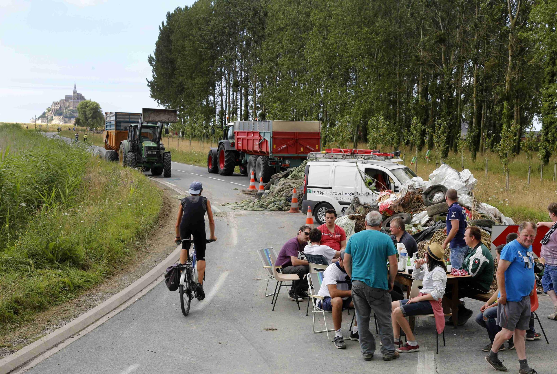 法国畜牧农示威堵路,2015年7月21日。
