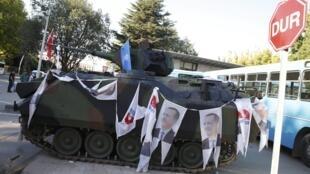 Портреты Реджепа Эрдогана на остановленном танке путчистов