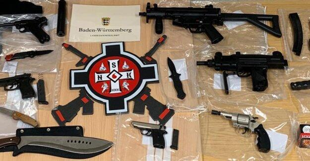"""پلیس آلمان با هجوم به ١٢ آپارتمان اعضای شبکه """"کوکلاس کلان"""" در روز چهارشنبه ٢۶ دی/ ۱۶ ژانویه ٢٠۱٩، بیش از ١٠٠ سلاح گرم و سرد از آنان ضبط کرد."""