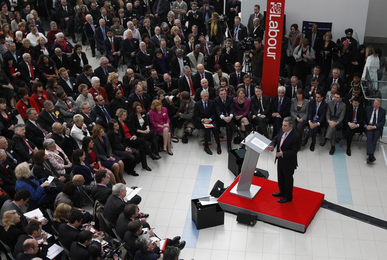 Le Premier ministre britannique Gordon Brown (c) lors de la présentation du programme de son parti à Birmingham, le 12 avril 2010.