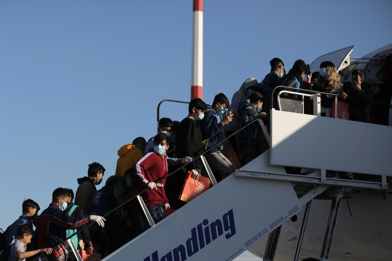 Des migrants mineurs isolés embarquent à Athènes pour l'Allemagne, le 18 avril 2020.