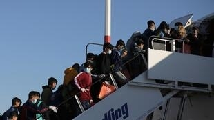 Imigrantes menores de idade embarcam em Atenas rumo à Alemanha, país que deve acolher 500 refugiados.