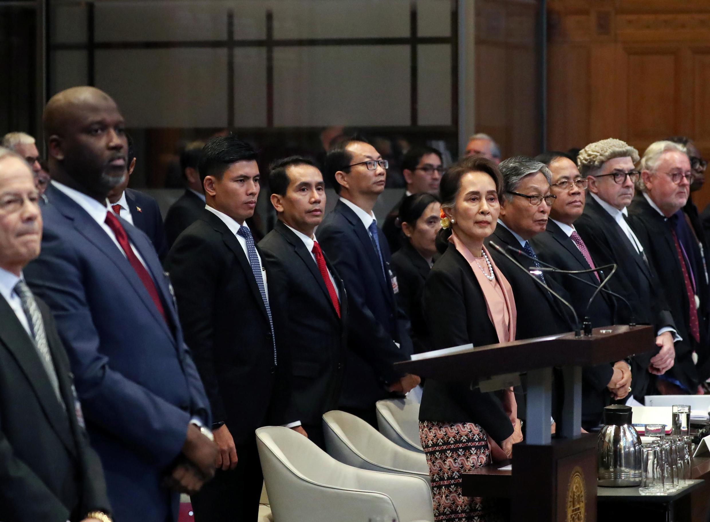 Bộ trưởng Tư pháp Gambia Abubacarr Tambadou và lãnh đạo Myanmar Aung San Suu Kyi tại phiên tòa trong vụ Gambia kiện Miến Điện về tội diệt chủng, tòa án Công lý Quốc tế (ICJ) tại Lahaye, Hà Lan, ngày 10/12/2019.