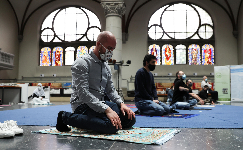 Musulmanes rezan dentro de la iglesia evangélica de la parroquia de Santa Marta, en Berlín, durante sus oraciones de los viernes, ya que la mezquita comunitaria no puede albergar a todo el mundo debido a las reglas de distanciamiento social, el viernes 22 de mayo de 2020.