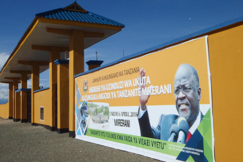 Une affiche du président tanzanien John Joseph Magufuli sur le mur de 24 kilomètres construit autour de la mine de tanzanite de Merelani, près du mont Kilimandjaro, le 11 avril 2018.