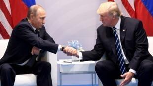 Bunge la Marekani laidhinisha vikwazo vipya dhidi ya Urusi, Iran na Korea Kaskazini. Katika Picha rais Putin akiwa na rais Trump