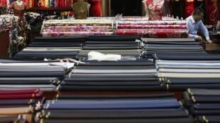 Vải vóc do Trung Quốc sản xuất tại một cửa hàng ở Bắc Kinh, 13/05/2014.