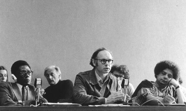 James Currey entouré des écrivains Mongo Beti (dr.) et Edouard Maunick (g.) aux Journées littéraires internationales de Berlin en 1979.