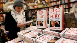 """Sách """"Fire and Fury : Inside the Trump White House"""" của tác giả Michael Wolff bày bán tại một nhà sách New York ngày 05/01/2018."""