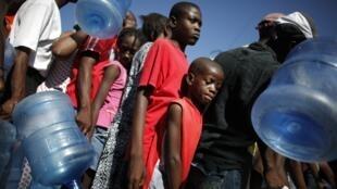 La population fait la queue pour l'eau potable à Port-au-Prince, le 18 janvier 2010.