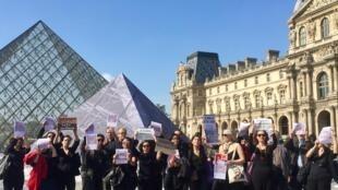 Brasileiros protestam de preto e em silêncio pelos mortos e desaparecidos da ditadura militar no dia em que o golpe de 1964 completa 55 anos, na Pirâmide do Louvre, em Paris. 31/03/2019.
