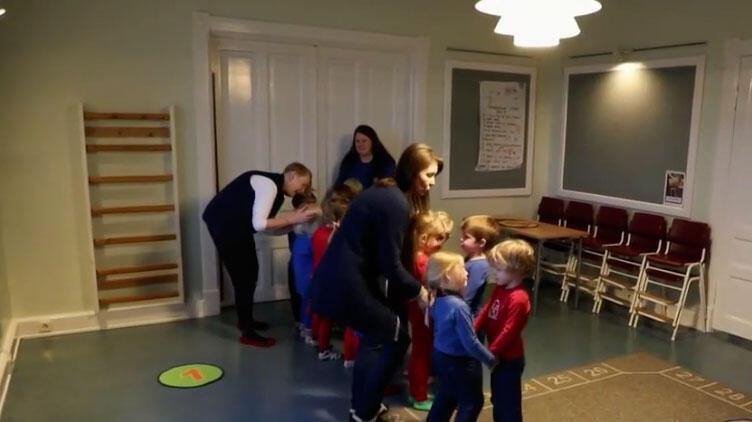 """Sala de aula de escola que aplica o """"modelo Hjalli"""" na Islândia."""