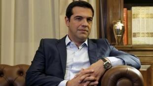 O premiê grego Alexis Tsipras é recebido pelo presidente Prokopis Pavlopoulios, em Atenas, em foto de 20 de agosto de 2015.