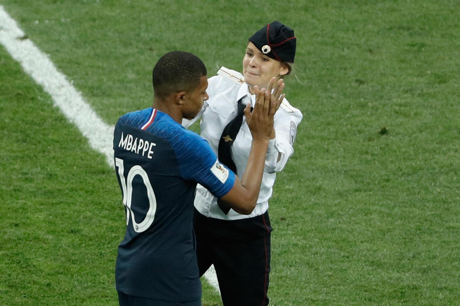 Участница Pussy Riot успела «дать пять» французскому нападающему Килиану Мбаппе