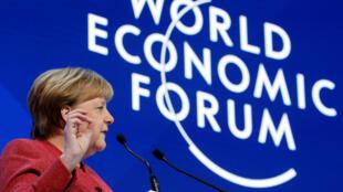 លោកស្រី Angela Merkel  នាយករដ្ឋមន្ត្រី អាល្លឺម៉ង់ បានថ្លែងនៅក្នុងកិច្ចប្រជុំប្រចាំឆ្នាំរបស់វេទិកាសេដ្ឋកិច្វពិភពលោក (WEF) នៅក្នុងទីក្រុងដាវ៉ូសស្វីសថ្ងៃទី ២៣ ខែមករា ឆ្នាំ ២០១៩។
