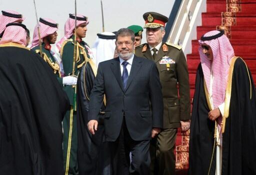 Le président égyptien Mohamed Morsi (C)  à son arrivée sur l'aéroport de Riyad , le 21 janvier 2013.