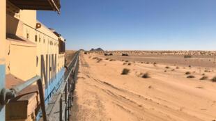 Le train du désert transporte des voyageurs sur une partie de l'unique voie ferrée de Mauritanie, dans le Sahara.