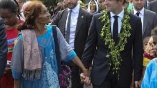 Президент Франции Эмманюэль Макрон (справа) на острове Увеа в Новой Каледонии. 5 мая 2018 г.