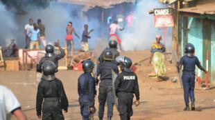 Des policiers et des manifestants dans une rue de Conakry, le 20 février 2017.