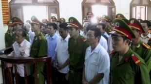 Plusieurs membres d'un groupe d'opposants politiques ont été condamnés à de lourdes peines de prison au Vietnam, le 4 février 2013.