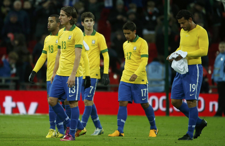 Lucas, Felipe Luis, Oscar, Jean e Fred deixam o campo após derrota em amistoso contra a Inglaterra, no estádio de Wembley.