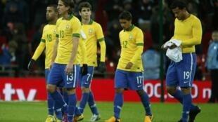 Jogadores brasileiros após derrota em amistoso contra a Inglaterra, no estádio de Wembley, em fevereiro.