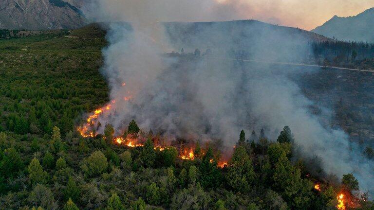 Un incendie à El Bolson, province de Rio Negro, Argentine le 26 janvier 2021.