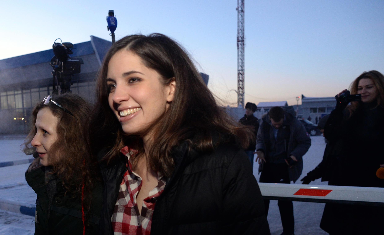 Nadejda Tolokonnikova se reuniu com Maria Alekhina (ao fundo) no dia 24 de dezembro, depois que ambas foram libertadas dos campos de prisão.