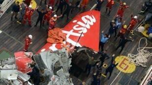 2015年1月10日打撈上來的印尼亞航 QZ8501 失事班機的尾部。
