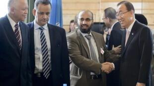 Sur cette photo prise le 15 juin 2015 à Genève, on peut voir  Abdelwahab al-Humayqani, soupçonné par les Etats-Unis de liens financiers avec al-Qaïda, serrer la main du secrétaire général de l'ONU Ban Ki-moon.
